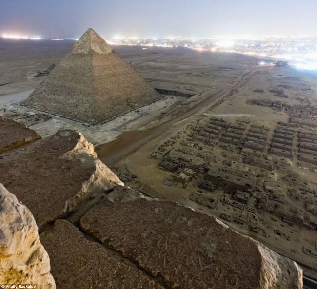 V roce 1845, M. Fialin de Persigngy nabídl teorii, že pyramidy byly stavěny jako bariéry na ochranu Egypta a Nubie od větru a písku