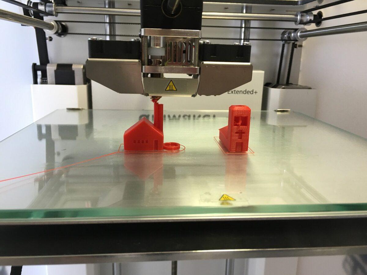 3D tiskárna vyrobí implantáty i náhradní díly pro letadla